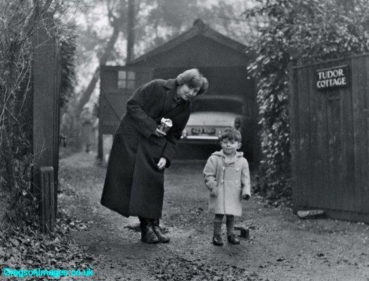 93-mum-and-i-at-tudor-cottage-1958